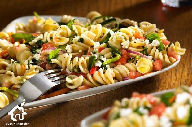 Otlu Makarna Salatası Tarifi